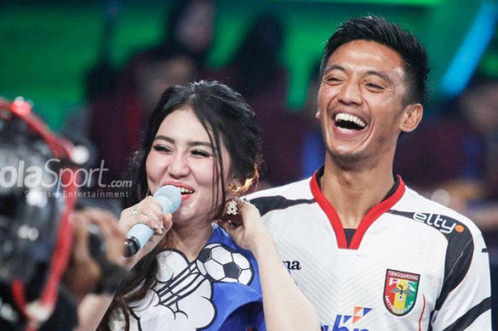 Gelandang Mitra Kukar, Bayu Pradana, bernyanyi bersama Via Vallen dalam acara peluncuran Liga 1 2018 di Studio Indosiar, Senin (19/3/2018)