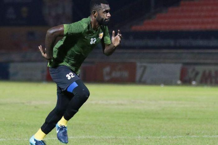 Bek asal Indonesia, Yanto Basna, berlatih dalam sesi latihan klub barunya, Sukhothai FC, di Liga 1 Thailand.