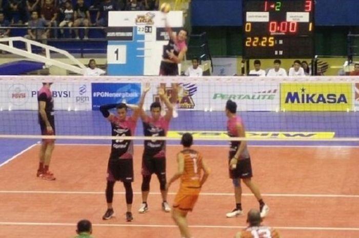 Jakarta Pertamina Energi (jersey merah muda) bersiap melakukan servis ke arah Jakarta BNI Taplus pada laga terakhir final four Seri II Proliga 2017 di GOR C-Tra Arena, Bandung, Sabtu (16/4/2017).