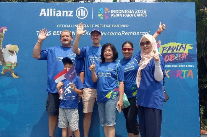 Karin Zulkarnaen, Head of Marketing Management Allianz Indonesia (kedua dari kanan) dalam acara pawai obor Asian PAragames 2018 di Kemenpora, Minggu (30/9/2018)