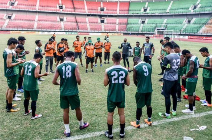 Para pemain Persebaya Surabaya menjalani sesi latihan di Stadion Gelora Bung Tomo, Surabay