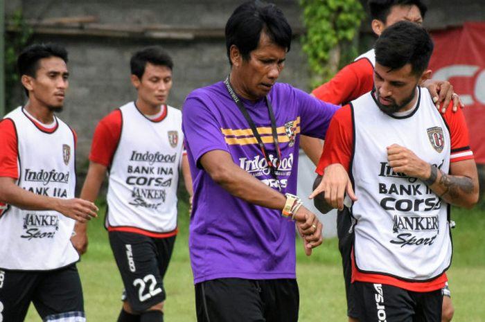 Asisten pelatih Bali United, I Made Pasek Wijaya (tengah) berbincang dengan Stefano Lilipaly.