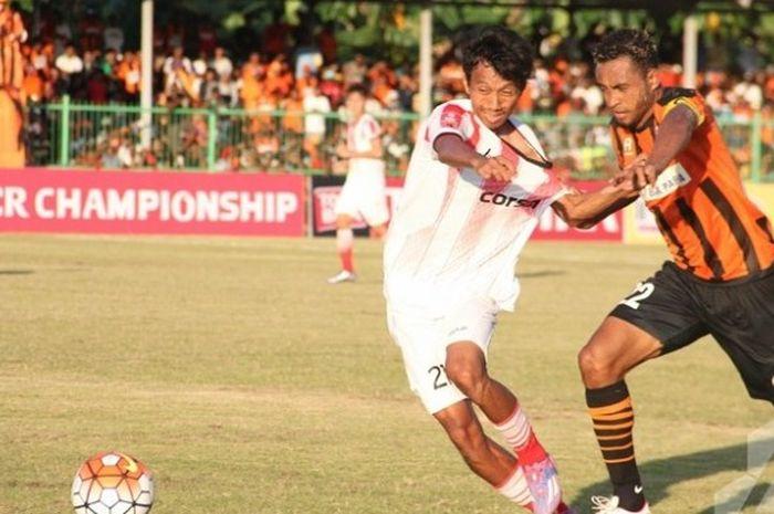 Duel gelandang Perseru Serui, Arthur Bonai, dengan gelandang bertahan Persija Jakarta, Amarzukih, dalam laga kedua tim pada pekan ke-4 TSC di Stadion Marora, Kabupaten Kepulauan Yapen, Minggu (22/5/2016).