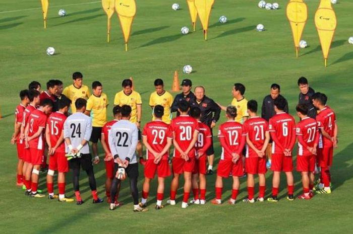 Pelatih Park Hang-seo (tengah) memberikan instruksi ke pemain timnas Vietnam pada pemusatan latihan sebelum ke Piala AFF 2018 di Paju National Football Centre, Korea Selatan.