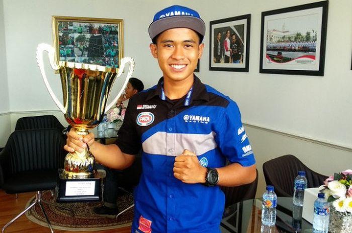Pebalap Indonesia, Galang Hendra Pratama, saat berkunjung ke Kantor Kemenpora, Senayan, Jakarta.