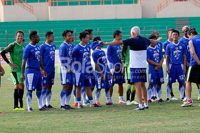 Pelatih Persib Bandung, Roberto Carlos Mario Gomez, memimpin latihan di Stadion Sultan Agung, Bantul