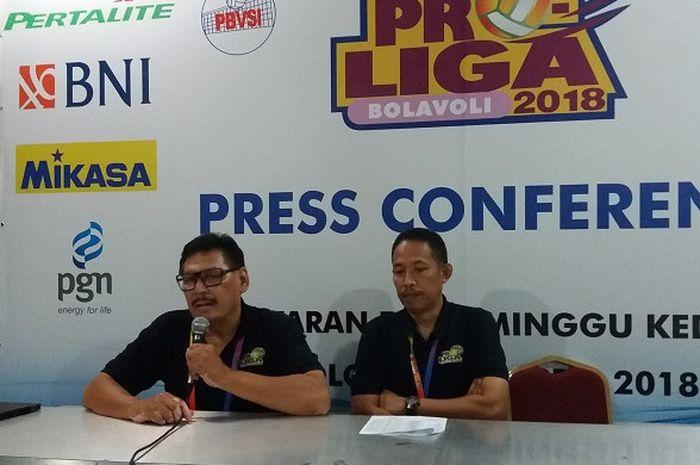 Anggota Badan Tim Nasional (BTN) Persatuan Bola Voli Seluruh Indonesia (PBVI), Gugi Gustaman (kiri) dan Mahfud Irsyada (kanan).