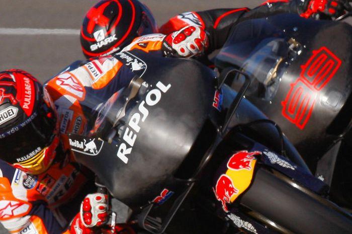 Pebalap Repsol Honda, Marc Marquez dan Jorge Lorenzo, saat melakukan uji coba di Sirkuit Jerez, Spanyol, Rabu (28/11/2018).