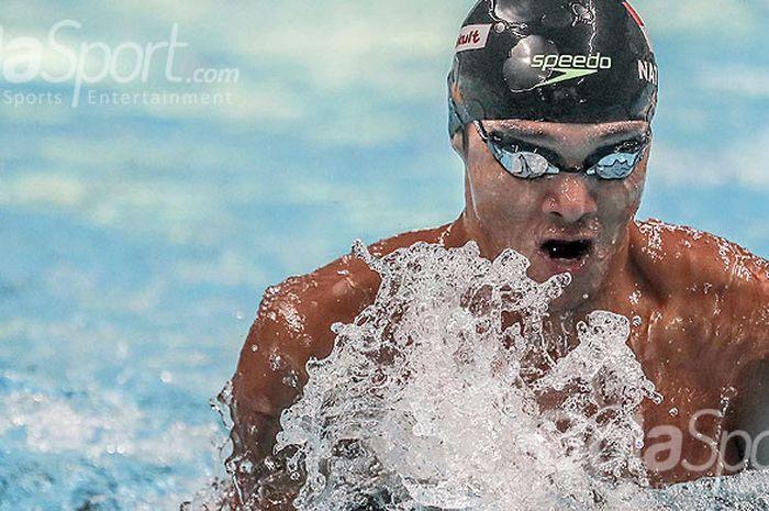 Aksi atlet renang nasional Indonesia, Gagarin Nathaniel Yus, saat mengikuti test event Asian Games 2018 bertajuk CIMB Niaga Indonesia Aquatic Championship 2017 di Aquatic Stadium, Senayan, Jakarta, pada Selasa (12/12/2017).