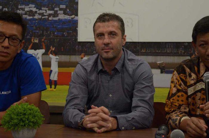 Komisaris PT Persib Bandung Bermartabat (PT PBB) Kuswara S Taryono (kanan) mendapingi pelatih baru Miljan Radovic (tengah).