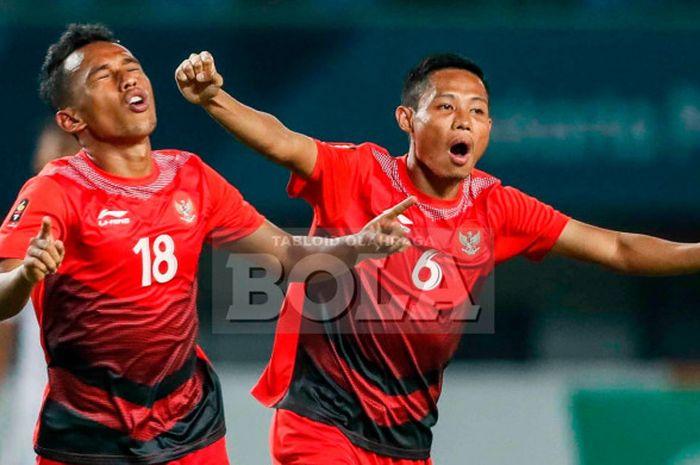 Pemain timnas u-23 Indonesia, Irfan Jaya (kiri) dan Evan Dimas, merayakan gol ke gawang Hong Kong pada laga Grup A Asian Games 2018 di Stadion Patriot Candrabhaga, Bekasi, Senin (20/8/2018).