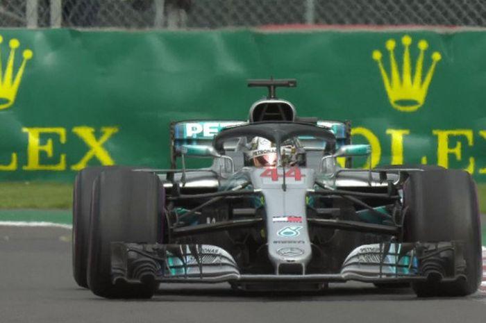 Pebalap Mercedes, Lewis Hamilton, saat tampil di Autodromo Hermanos Rodríguez dalam sesi balapan F1 GP Meksiko 2018 yang digelar pada Senin (29/10/2018) dini hari WIB.