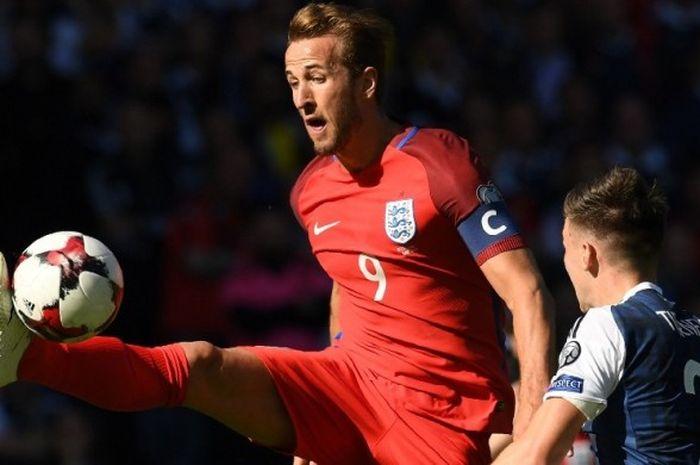 Striker timnas Inggris, Harry Kane, mengontrol bola saat melawan Skotlandia pada partai Kualifikasi Piala Dunia zona Eropa Grup F di Hampden Park, Sabtu (10/6/2017).