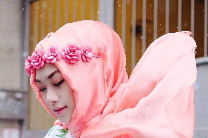 Tips Memadukan Aksesori Kepala dengan Hijab Ala Indah Nada Puspita