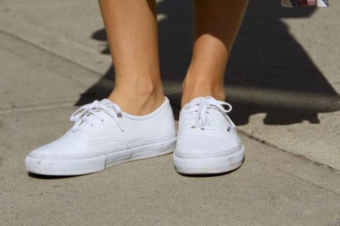 3 Langkah Mudah Membersihkan Sepatu Putih dengan Baking Soda - Semua ... 72ffa20ac9