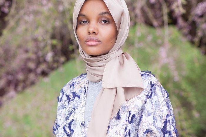10 Inspirasi Warna Hijab Untuk Cewek Sawo Matang Ala Halima Aden