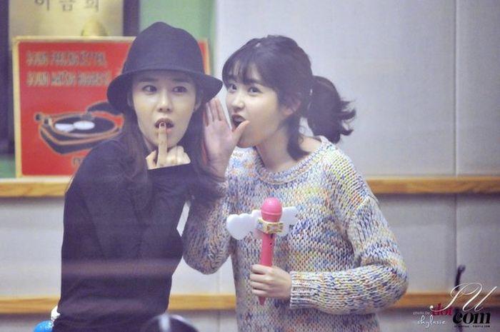 Yoo In Na (kiri) dan IU (kanan)