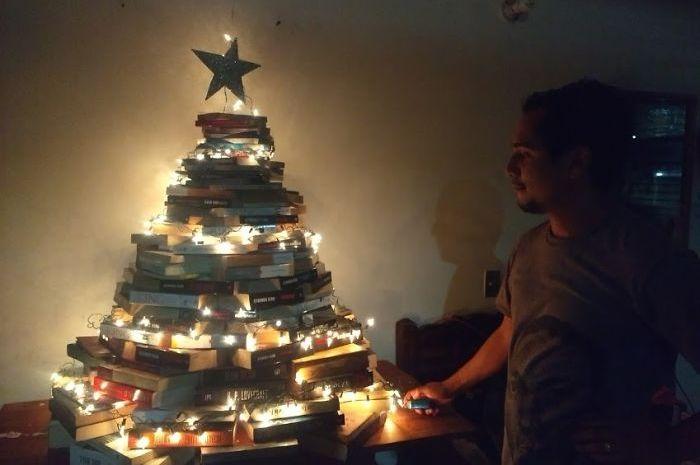 Hasil gambar untuk pohon Natal dari buku