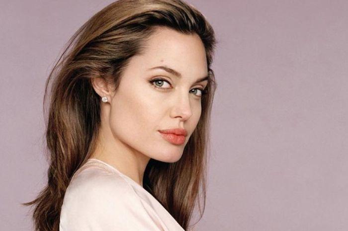 Angelina Jolie kenakan gaya busana dan gaya makeup yang memesona