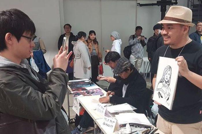 Ario Anindito menunjukkan salah satu karyanya, ketika menghadiri sebuah acara di Tokyo, Jepang.