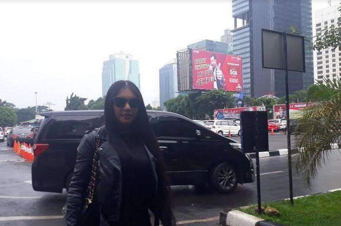 Grid.ID - Pedangdut Denada datangi Sentra Pelayanan Kepolisian Terpadu (SPKT), Polda Metro Jaya, Jakarta Selatan pada Rabu (14/2/2018) | Rangga Gani Satrio/Grid.ID