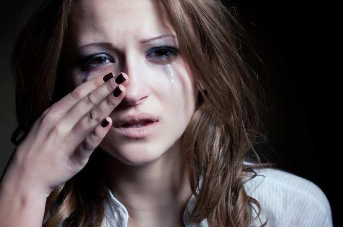 Hilangkan tampilan mata bengkak setelah menangis tanpa polesan makeup