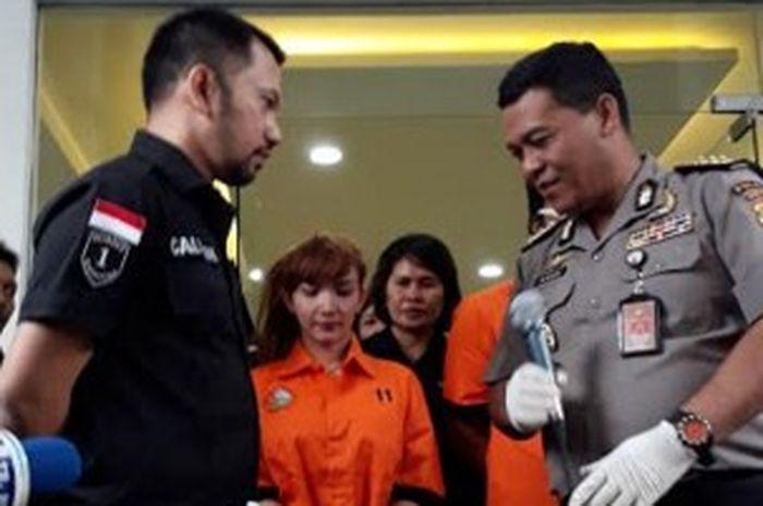 Roro Fitria memakai seragam tahanan saat Polisi rilis kasus narkoba di Polda Metro Jaya, Kamis (15/2/2018). | Rangga/Grid.ID