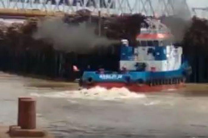 Sebuah kapal alami kecelakaan dan tubruk jembatan
