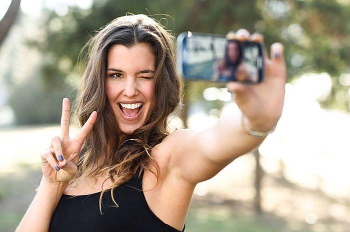 5 trik pose tampil keren dan cantik saat foto di depan kamera