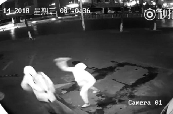 Aksi gagal kecua pencuri toko ini terekam kamera CCTV