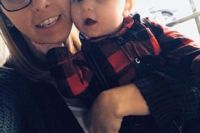 Ibu dan anak ini dimarahi oleh seorang wanita di dalam pesawat | Dailymail
