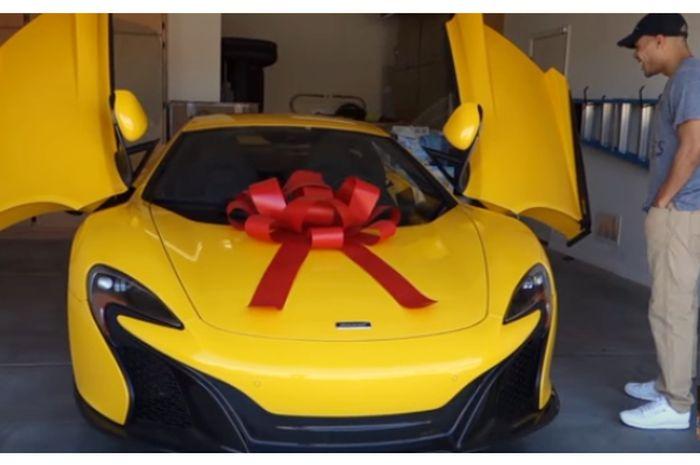 Bikin Ngiler Tanpa Sebab Istri Ini Beri Hadiah Suaminya Mobil Mewah
