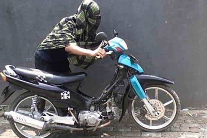 Ilustrasi pencurian sepeda motor.