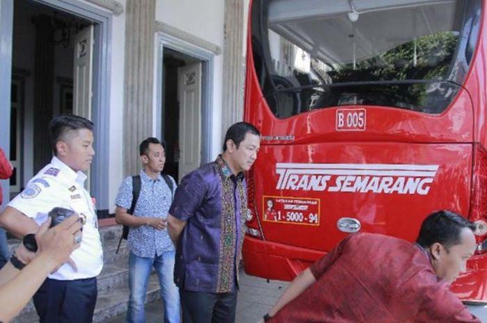 PAKAI GAS - Pemkot Semarang dan Pemkot Toyama Jepang melaksanakan rilis proyek Compress Natural Gas (CNG) dan uji coba emisi gas buang pada BRT di Halaman Kantor Wali Kota Semarang