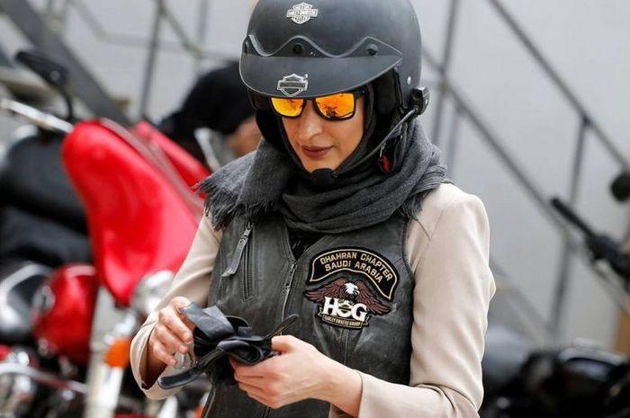 Salah satu wanita Arab Saudi yang akan latihan mengendarai motor Harley-Davidson.