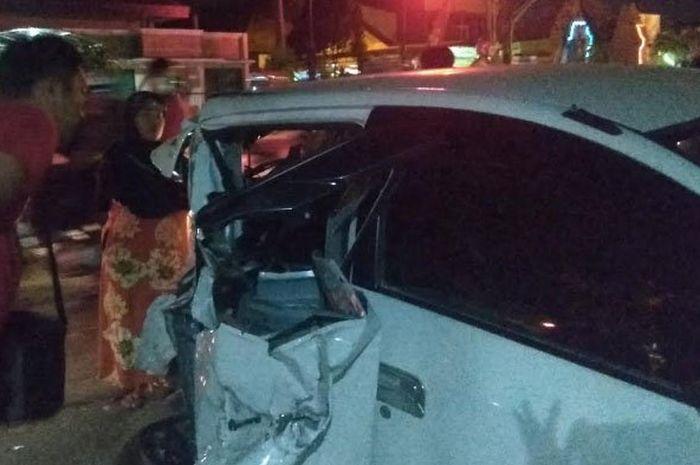 Toyota Agya kondisi penyok setelah ditabrak truk menjadi tontonan warga.