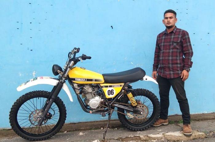Dian Akbar Fatahilah bangga berpose di samping motornya.