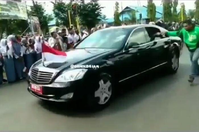 Aksi nekat pengojek online kejar mobil Jokowi untuk bersalaman