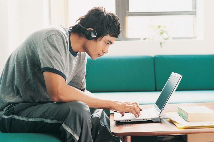 Kuliah secara online dari rumah bisa bebas memilih tempat dan waktu belajar