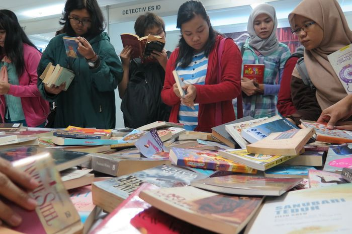 Pencinta buku di sesi bookswap Indonesian Reading Festival