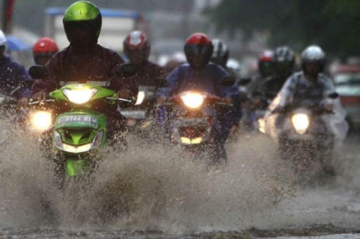 5 Tips Memilih Jas Hujan
