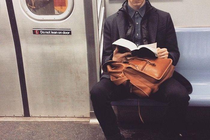 Cowok suka membaca dimana saja