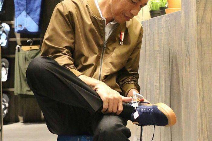Jokowi saat cobain sepatu DC