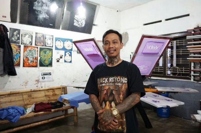 Rulli Nur Handoko (36) saat di vendor Jalurtengkorak Jalan Godean Km 5 , Sleman, Yogyakarta (KOMPAS.com / Wijaya Kusuma)