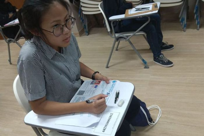 Salah satu peserta ujian SBMPTN berbasis cetak yang diadakan hari ini (8/5/2018) di salah satu panitia lokal Jakarta, Kampus UI Depok.(Dok. Kompas.com)