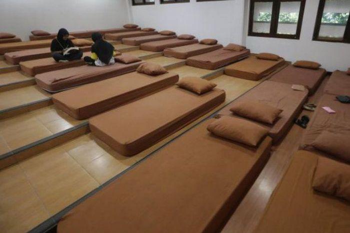 Peserta Seleksi Bersama Masuk Perguruan Tinggi Negeri (SBMPTN) belajar di tempat menginap gratis di kampus Fisipol UGM unit II, Yogyakarta, Senin (7/5/2018).