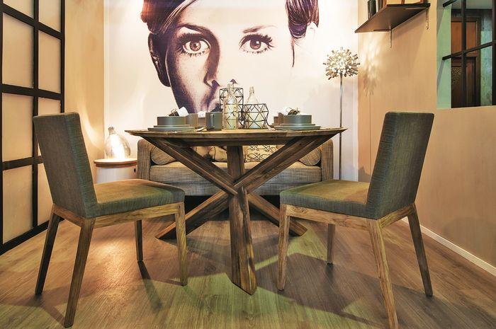 Sentuhan pop gaya industrial pada ruang makan.