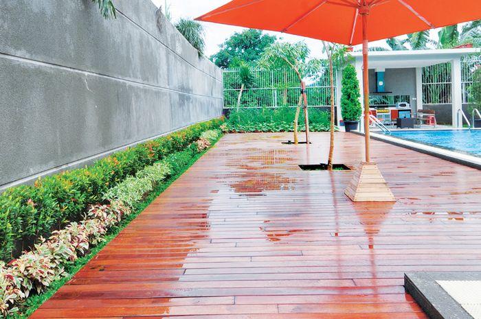 Beberapa jenis kayu untuk ruang luar, saat sering terkena air, memiliki tampilan semakin bagus.