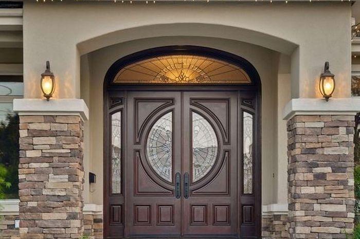Tak ingin pintu sulit ditutup saat musim hujan? Ini cara mencegahnya.