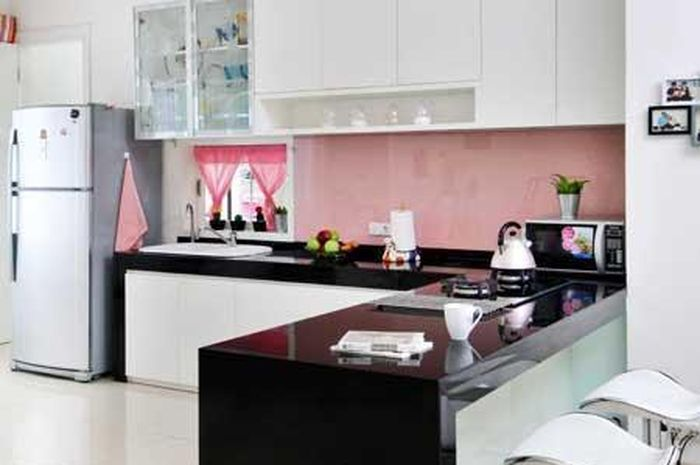 Dapur Putih Dengan Aksen Pink